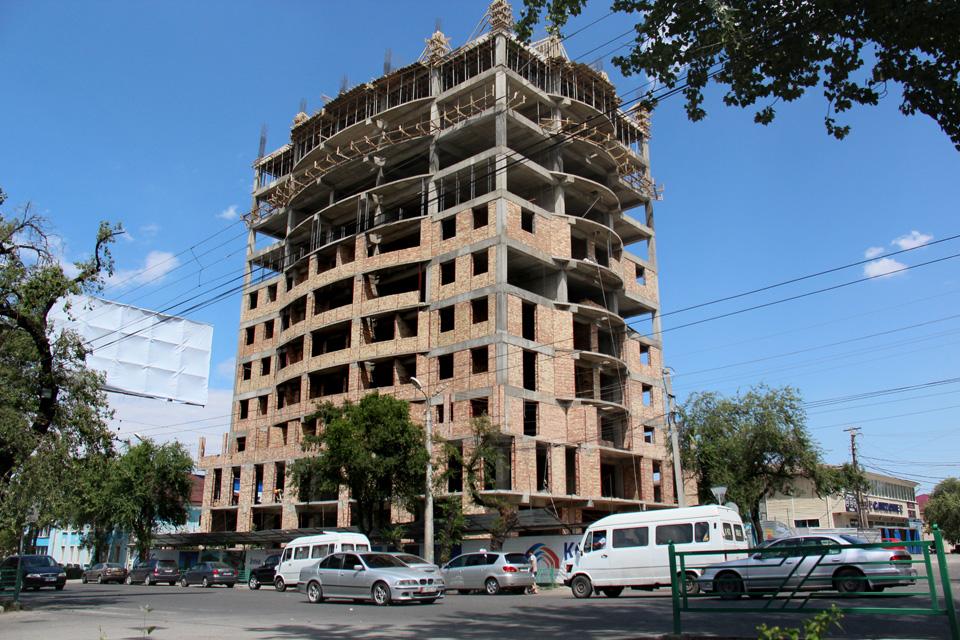 """Жилой комплекс """"Байтик"""" — это 15-этажное здание, которое будет находиться на пересечении улиц Байтик-баатыра (бывш. Советская) и Карасаева (бывш. Дружбы). На первом и втором этажах планируется размещение торгово-офисного центра."""
