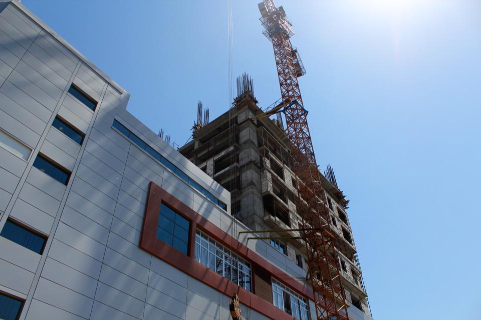 """Строительство бизнес-центра при торгово-развлекательном центре """"Бишкек Парк"""" пока еще не закончено, хотя на первых этажах уже открыт торговый центр. Объектом занимается компания """"Руби Иншаат""""."""