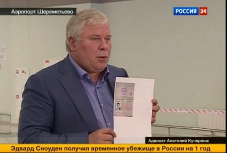 Анатолий Кучерена с копией новых документов Сноудена.