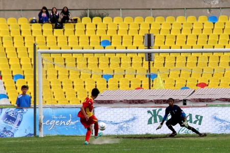 Этот розыгрыш стал рекордным для юношеской сборной КР по количеству голов за матч. На фото: Алмаз Ибраимов забивает в ворота сборной Катара.