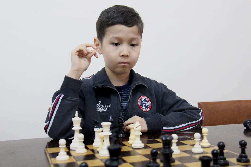Азиз Дегенбаев 7 лет, шахматист.
