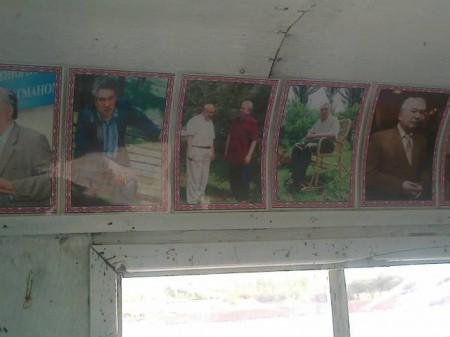 Портреты кыргызских писателей под потолком вагона.