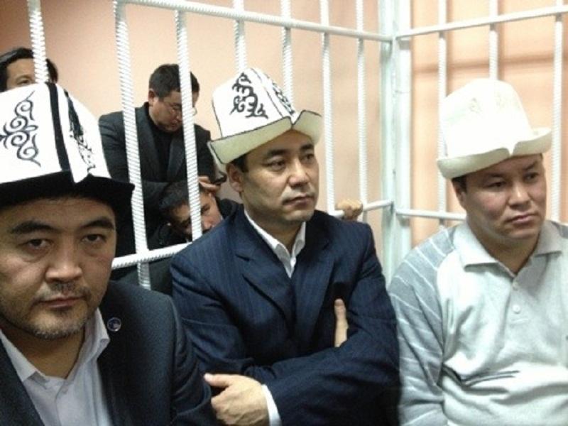 Слева направо: Камчыбек Ташиев, Садыр Жапаров и Талант Мамытов в Первомайском районном суде, 10 января 2013 года. Фото: Зарема Султанбекова