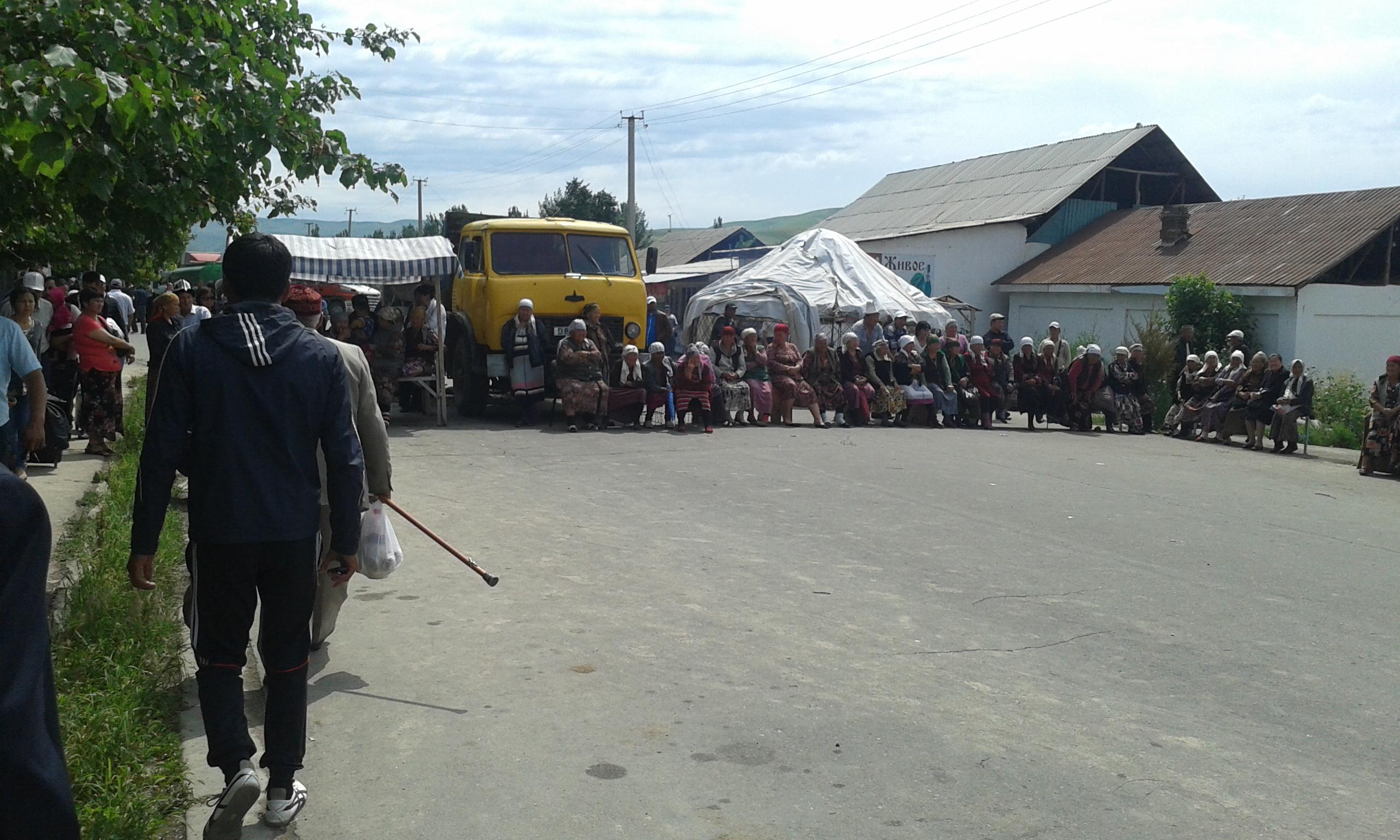 Джалал-Абадские митингующие перекрывают трассу Бишкек-Ош, 3 июня 2013 года. Фото: Евгений Погребняк