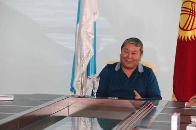 Один из последних снимков Мырзакматова в кабинете мэра города Ош. Фото: пресс-служба мэрии города Ош