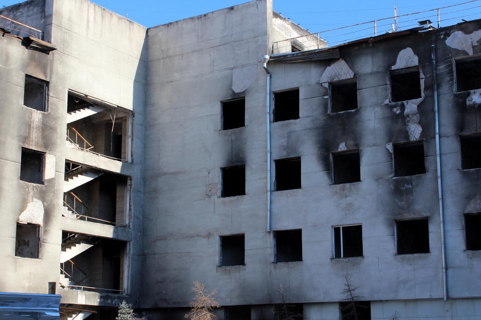 Со дня революции здание потеряло обожженную облицовку из алюкобонда. Фото: Уулкан Жекшенбек кызы