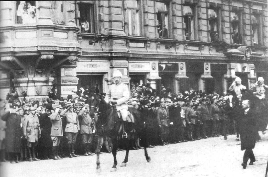 Маннергейм возглавляет парад победы в Хельсинки, в 1918 году
