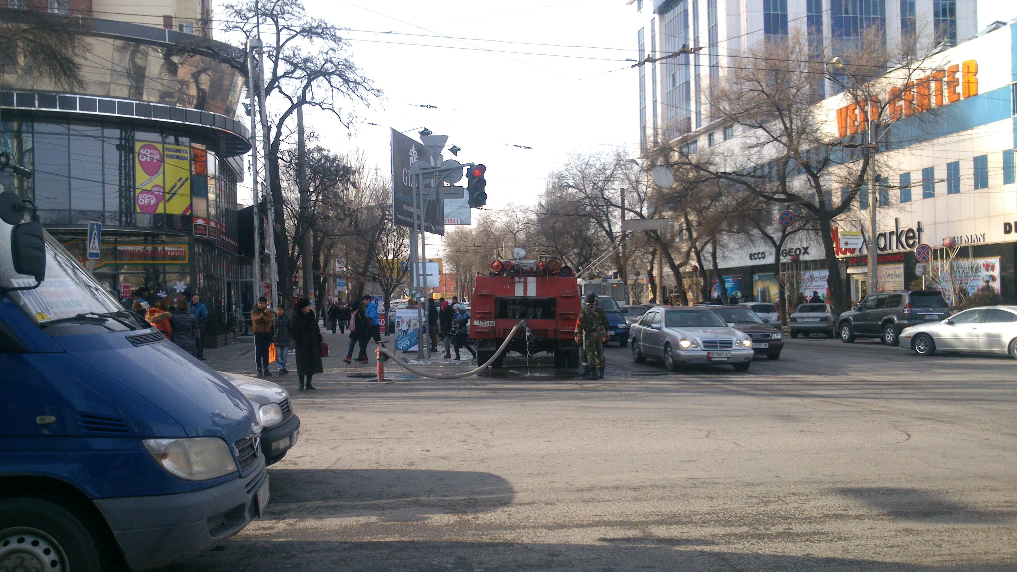 Пожар произошёл на одном из самых оживленных перекрестков Бишкека. Фото: Дарья Соловьёва