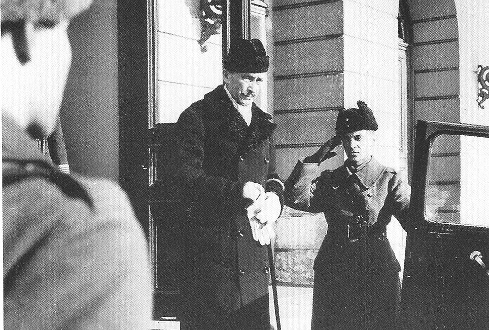 Маннергейм покидает президентскую резиденцию, 1946 год