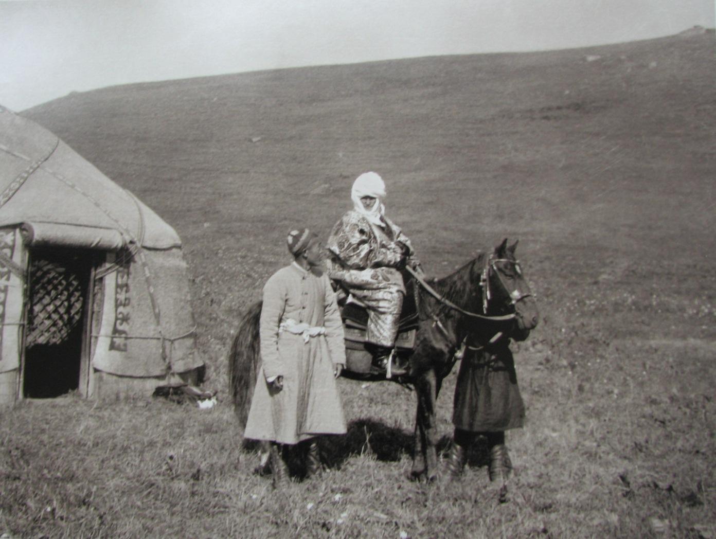 Курманжан датка на коне. Фото: Карл Густав Маннергейм