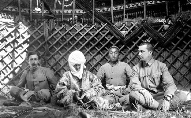"""Слева направо: французский востоковед Поль Пелльо, Курманжан датка, её внук и Маннергейм в юрте """"Алайской царицы"""""""