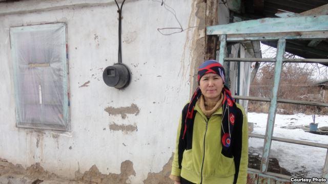 Икбал Хашикова и полуразваленный дом, где она живет с семьей