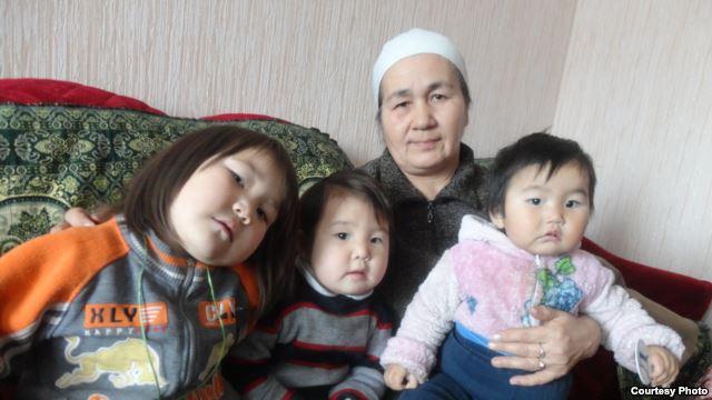 Булбулхан Бекишева с внучками