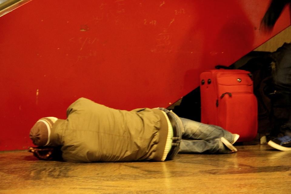 """Человек спит на полу в """"огороженном участке"""". Фото: Таисия Ельцина"""