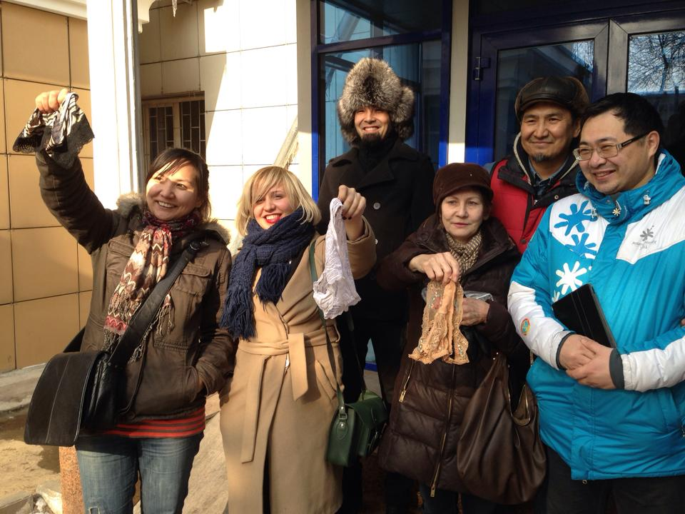 Евгения Плахина и другие участники протеста отметили своё освобождение из зала суда повторным размахиванием белья.