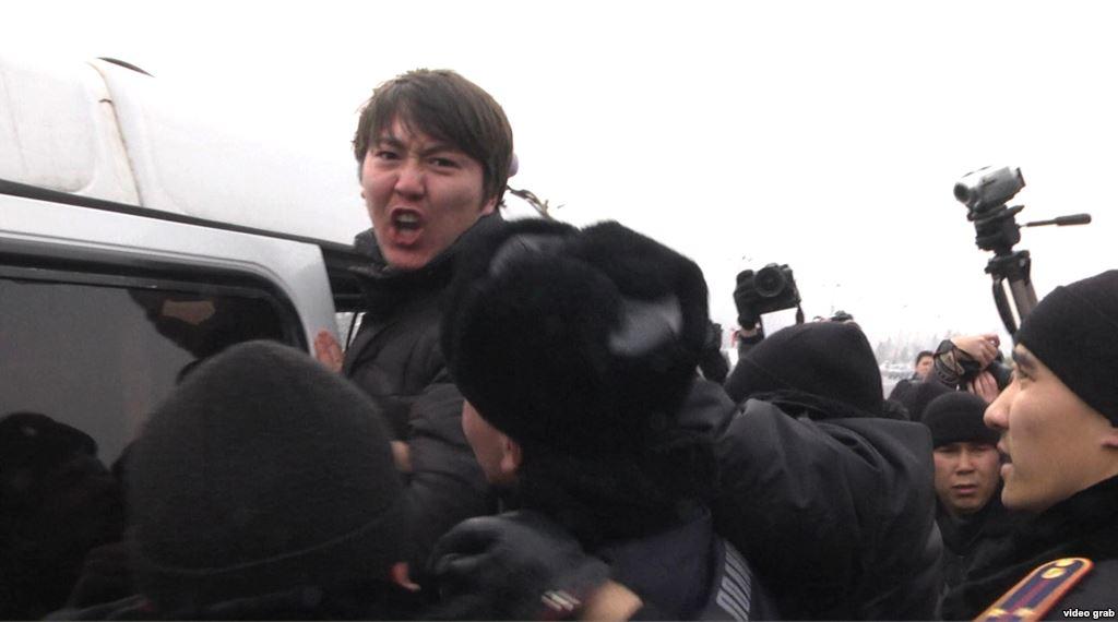 Полиция задержала около 30 человек во время митинга