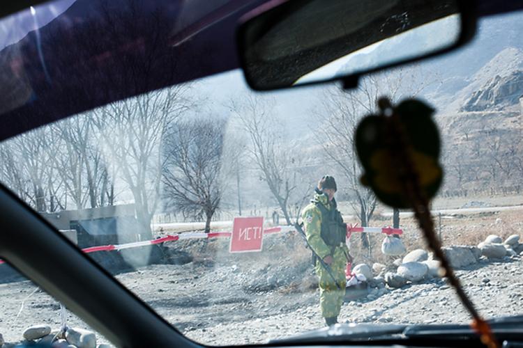Таджикский военный охраняет пост на спорной территории между Таджикистаном и Кыргызстаном у села, называемого таджиками Ходжи Ал