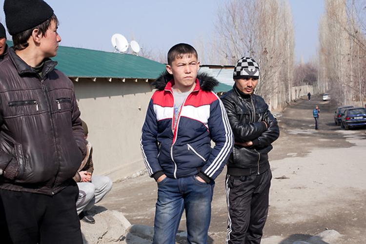 Молодые таджики из села, которое они называют Сомониён, утверждают, что их третируют кыргызские пограничники.