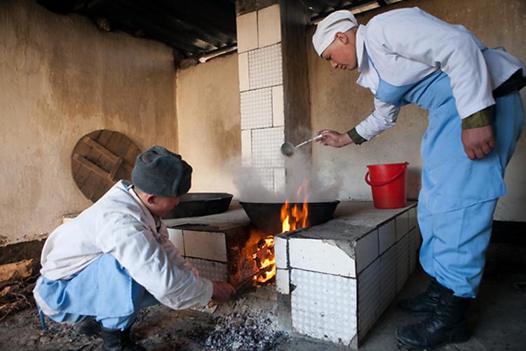 Кыргызские призывники готовят обед на пограничном посту «Капчагай» в пос. Ак-Сай.