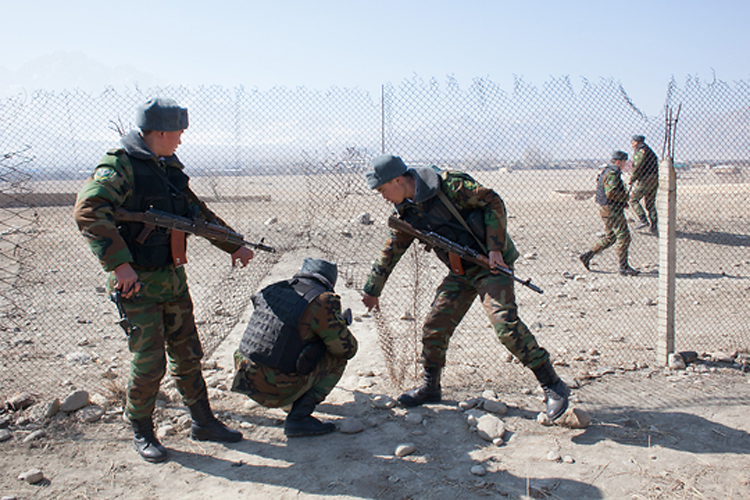 Кыргызские призывники-пограничники патрулируют Ак-Сай и прилегающую территорию в районе, оспариваемом двумя странами.