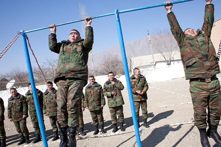 Кыргызские призывники тренируются на заставе «Капчагай» в пос. Ак-Сай.