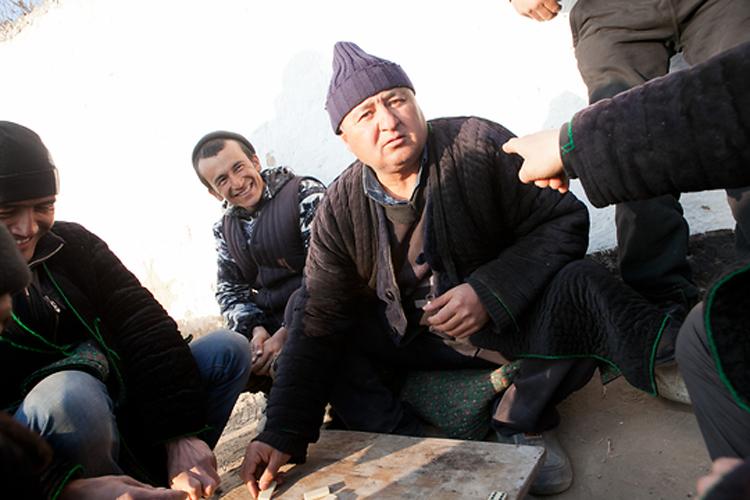 Жители расположенного на спорной территории преимущественно кыргызского поселка Ак-Сай играют в домино.