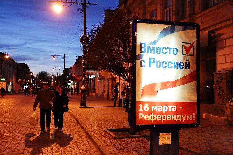 """Про-российские агитационные плакаты доминировали в Крыму перед референдумом. Фото: Кристофер Миллер, """"Твиттер"""", @ChristopherJM"""