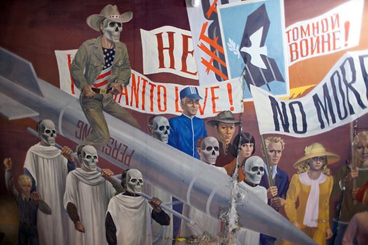 Человек, по общему мнению, являющийся экс-президентом США Рональдом Рейганом, восседает на ракете «Першинг».