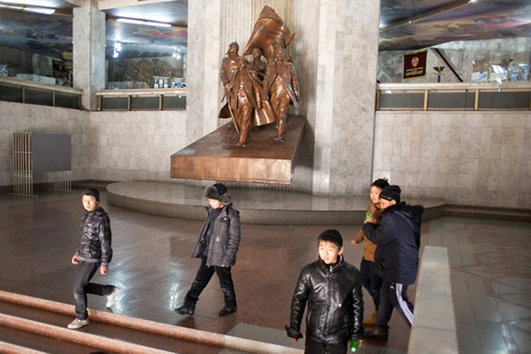 Памятник В.И. Ленину и партии большевиков встречает посетителей у входа в Государственный исторический музей в Бишкеке.