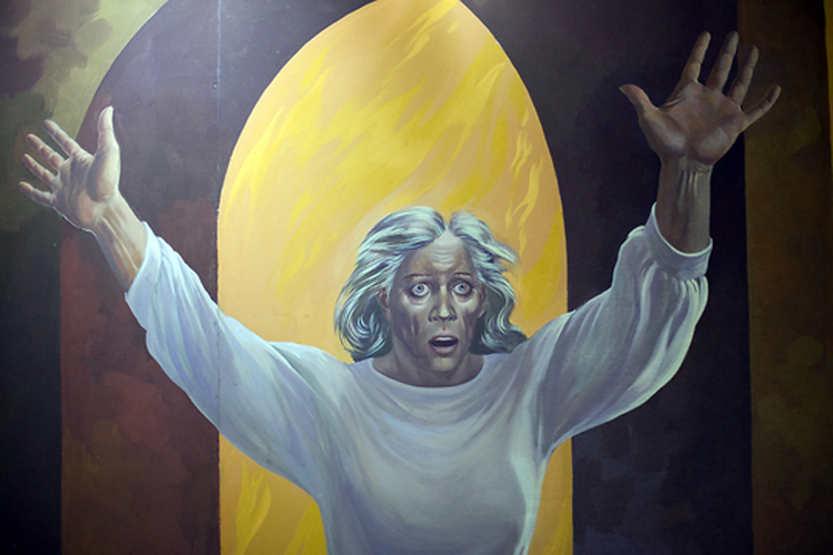 На одном из потолочных панно изображена женщина, спасенная от ужасов царизма.