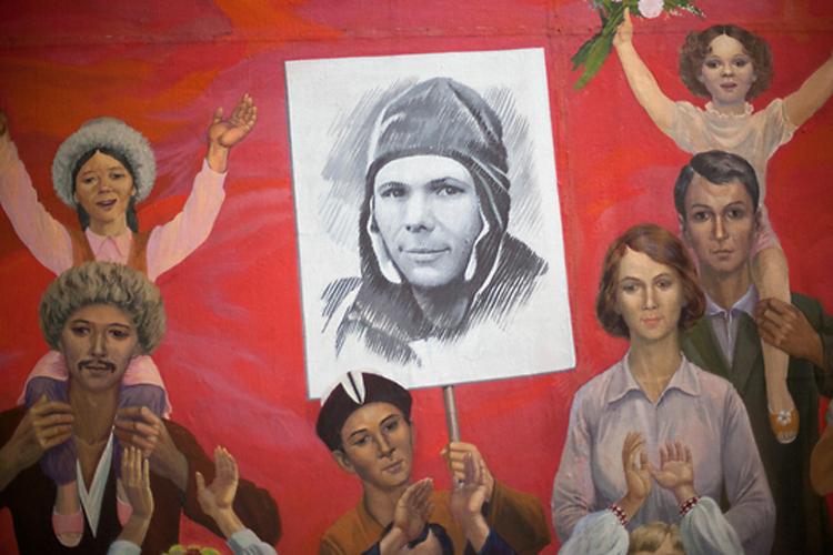Потолочное панно рассказывает о советском космонавте Юрии Гагарине – первом человеке, полетевшем в космос.