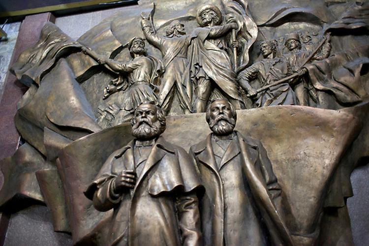 Памятник теоретикам коммунизма Карлу Марксу и Фридриху Энгельсу в натуральную величину.