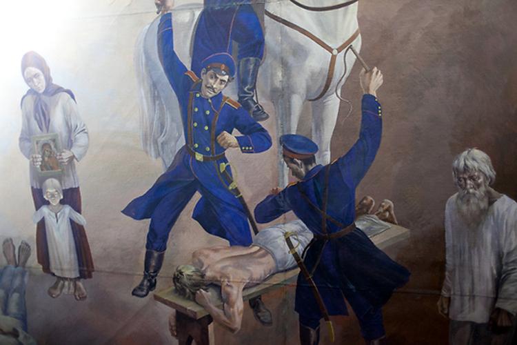 Потолочное панно рассказывает о людях, замученных приспешниками царизма и освобожденных социалистической революцией.