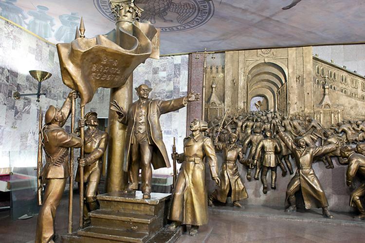 Сцена из истории большевистской революции: Ленин произносит речь (памятник в натуральную величину).