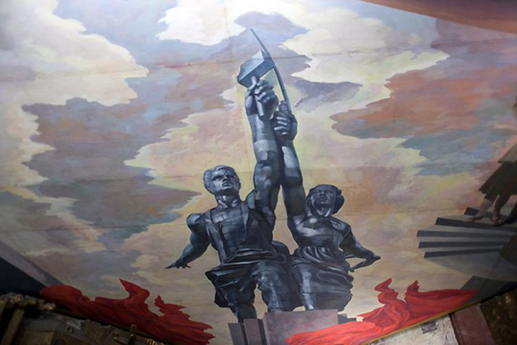 Потолочное панно изображает культовый московский памятник «Рабочий и колхозница».