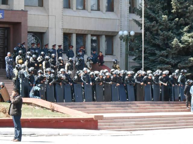 Спецназ готовится к митингу в Караколе.