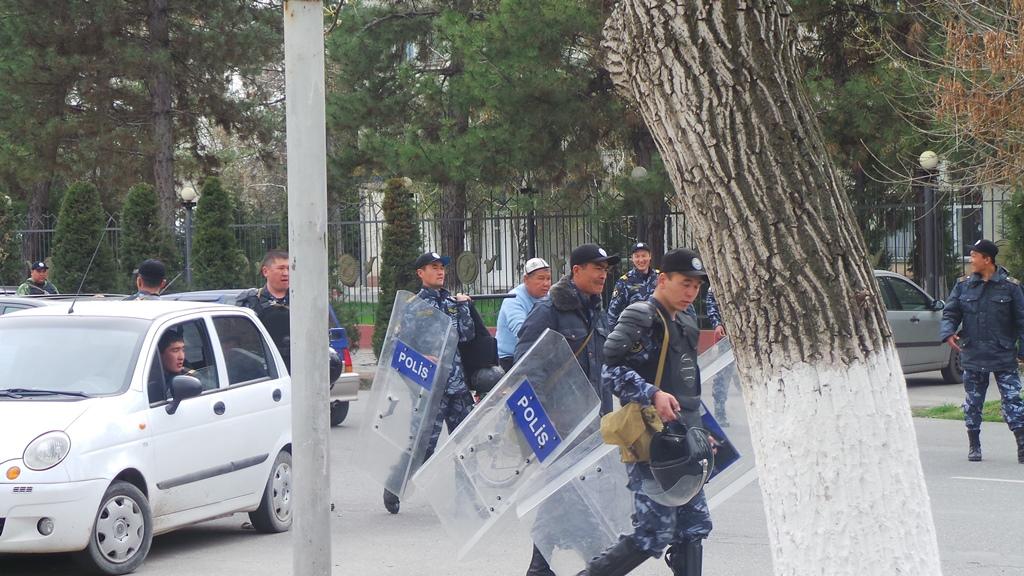 Спецназ расходится после митинга в Джалал-Абаде. Автор: Евгений Погребняк