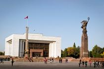 Люди идут мимо 12-метровой статуи Свободы «Эркиндик» на площади Ала-Тоо в Бишкеке (2008 года). Кыргызстан предоставил статус беженца 21 гражданину Сирии, бежавшему от продолжающейся три года в этой ближневосточной стране гражданской войны.