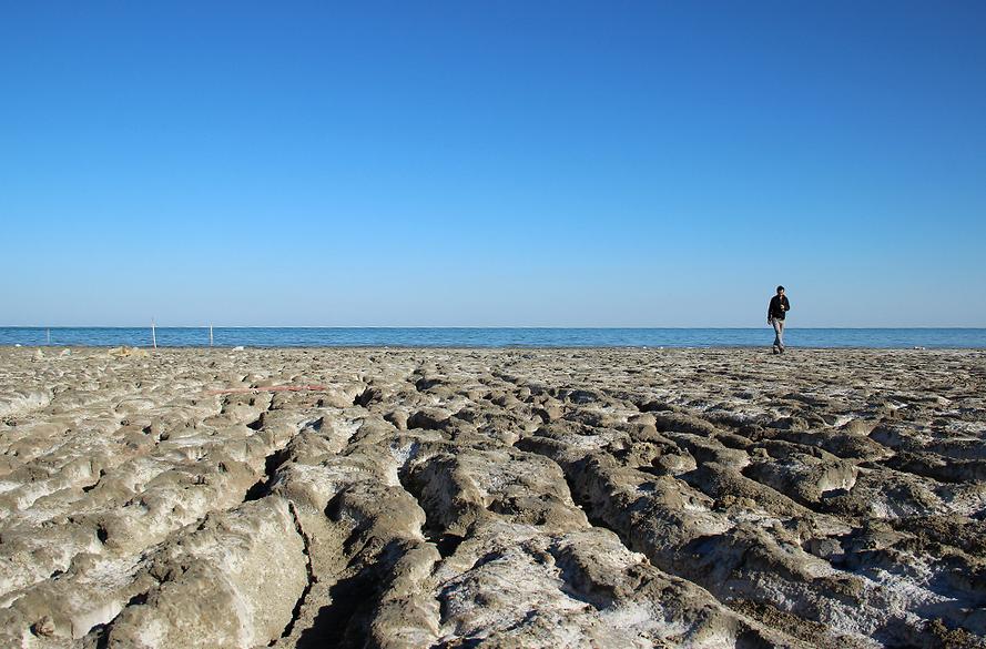 Турист ходит по высохшему дну Аральского моря. Фото: Адриан Локнер