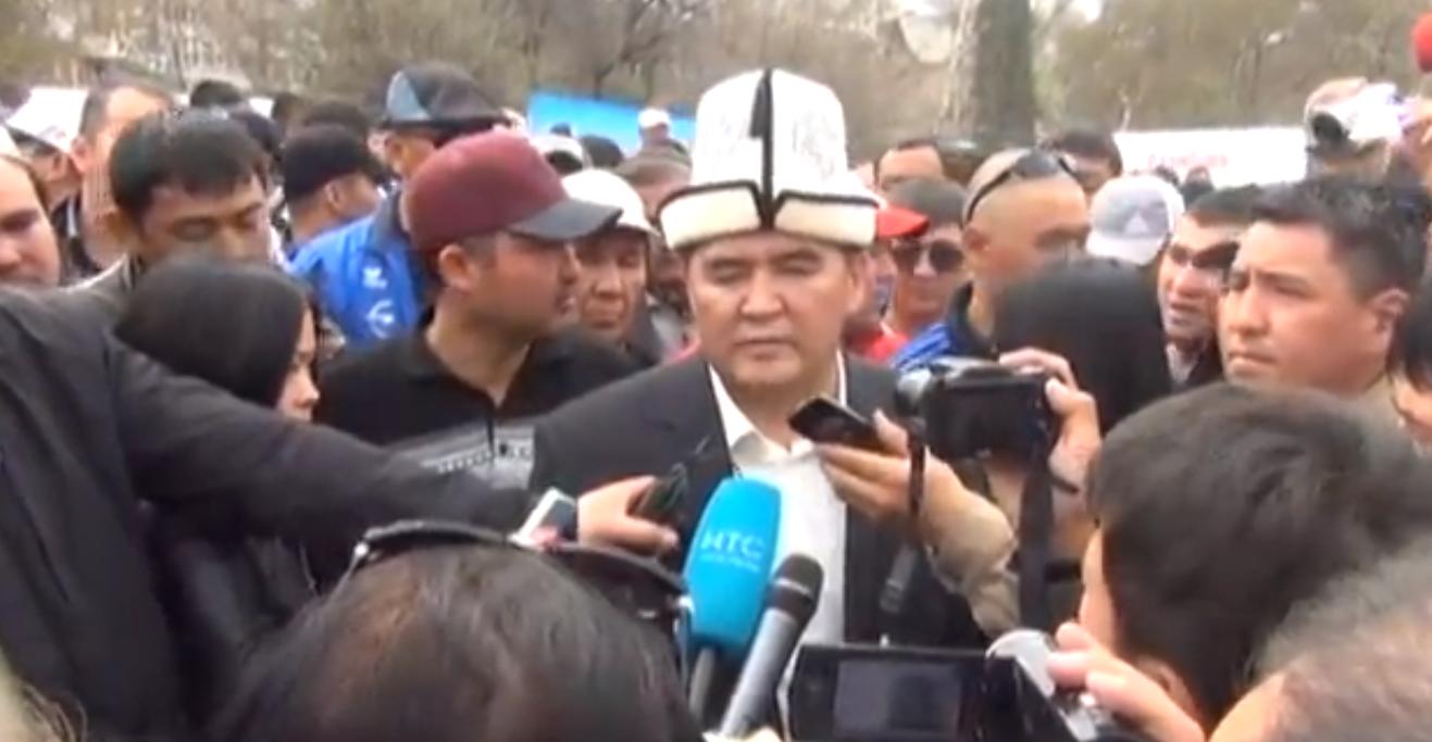 Появившийся на митинге экс-депутат, оппозиционер Камчыбек Ташиев, привлекал много внимания среди журналистов.