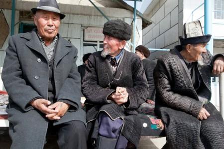 Пожилые кыргызстанцы сидят у кафе в Ноокатском районе на юге Кыргызстана. Система здравоохранения страны в целом находится в бедственном положении. (Фото Дэвида Триллинга)