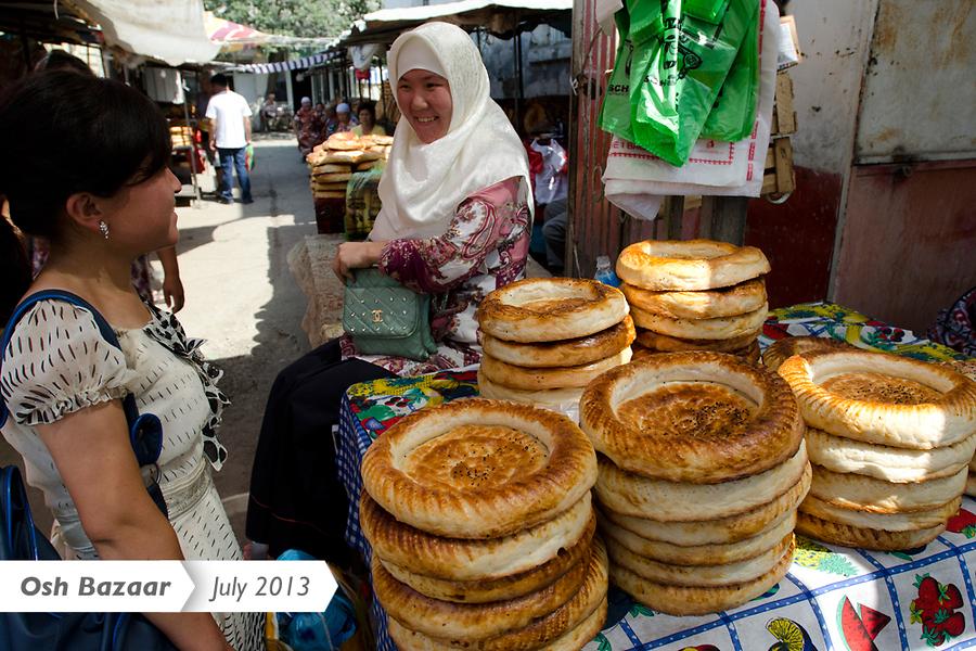 Ошский базар продолжает возрождаться к жизни, предлагая покупателям в изобилии хлеб.
