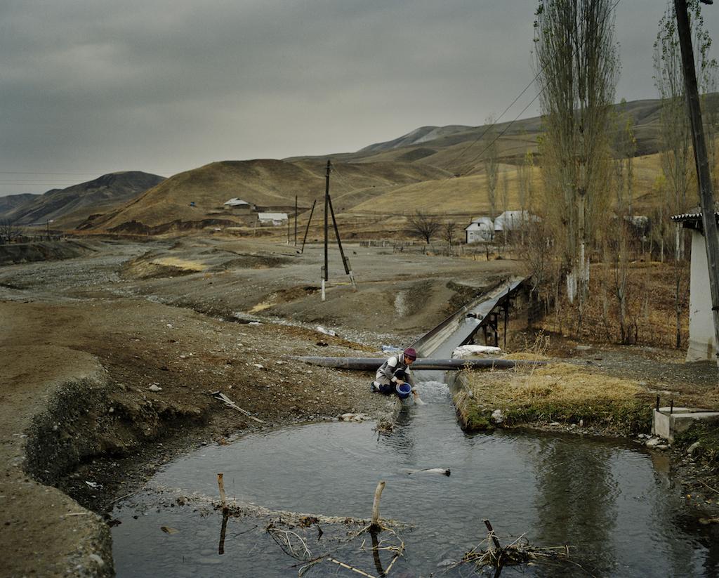 Найти чистую питьевую воду в Баткенской области Кыргызстана сложно. Из-за множества дамб, реки высыхают, и людям приходится бороться за каждую каплю воды. Автор фото Федор Савинцев / Salt images, 2012.