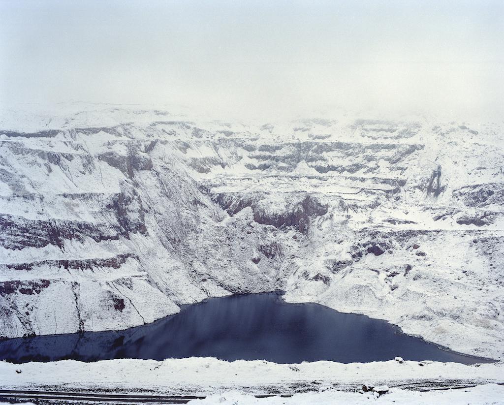Карьер заполнился водой от тающего снега в Ноокатском районе Кыргызстана. Фотография Федора Савинцева / Salt Images, 2012.
