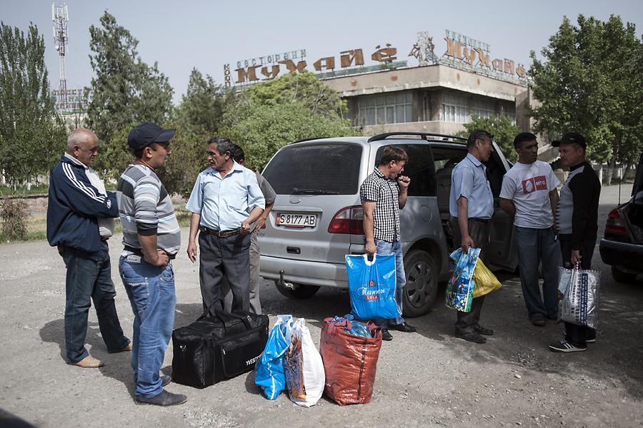 Рано утром мигранты прибывают в Худжанд (Таджикистан), чтобы сесть на автобус, который доставит их к месту работы в России.