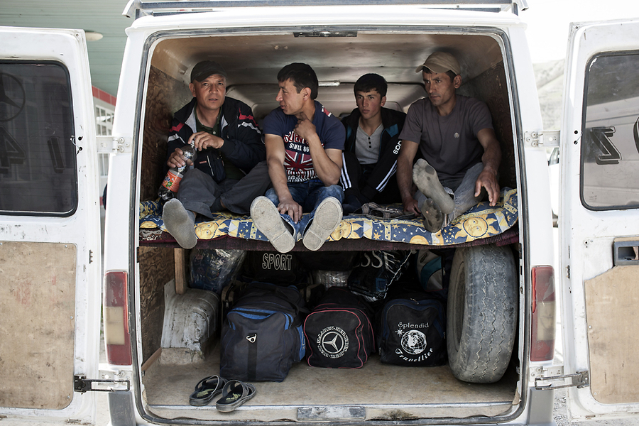 Микроавтобус, рассчитанный изначально на семь посадочных мест, перевозит по 15 человек плюс багаж.
