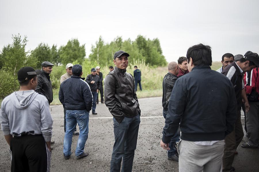 Трудовые мигранты делают еще одну остановку перед въездом на территорию России.