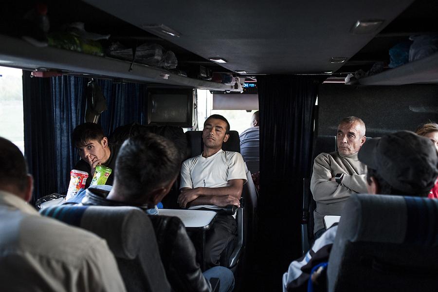 В новом автобусе чуть больше места, и на оставшемся отрезке пути трудовые мигранты могут хотя бы вытянуть ноги.