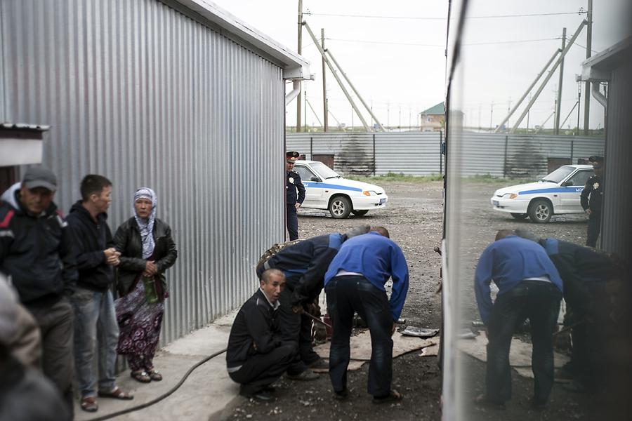 Во время остановки для починки колеса служители правопорядка Казахстана начинают проверять документы и пытаться вымогать взятки.
