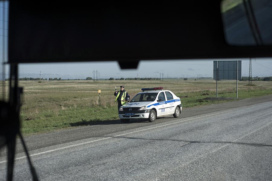 У Троицка российская полиция останавливает автобус для проверки документов.